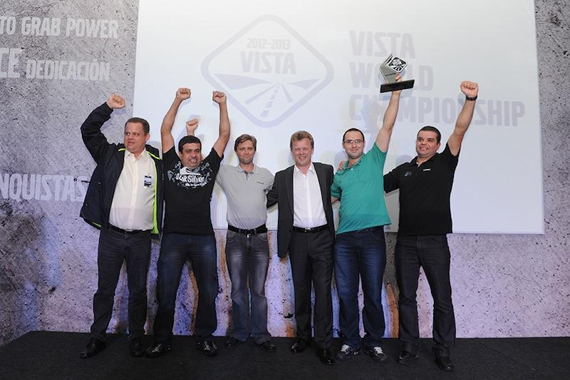 Equipe da Dipesul, de Canoas (RS), com Roger Alm, presidente do Grupo Volvo América Latina