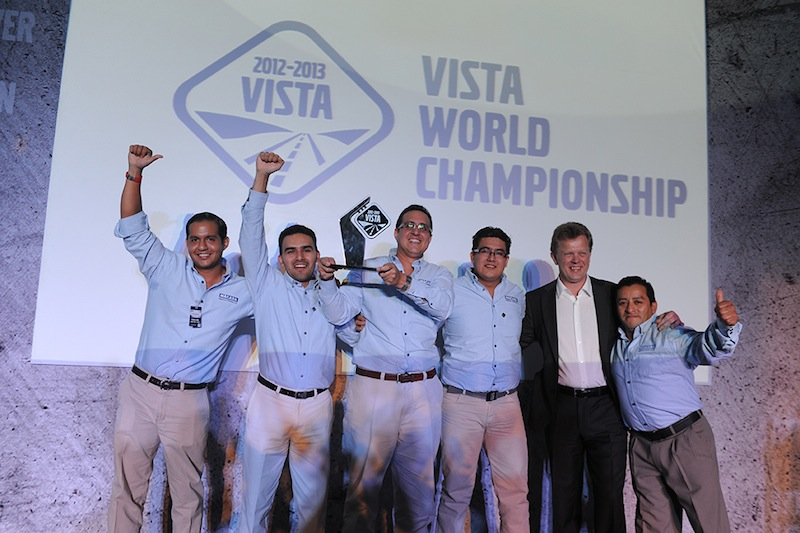 Equipe do Equador com Roger Alm, presidente do Grupo Volvo América Latina